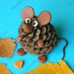 Мышонок из шишки