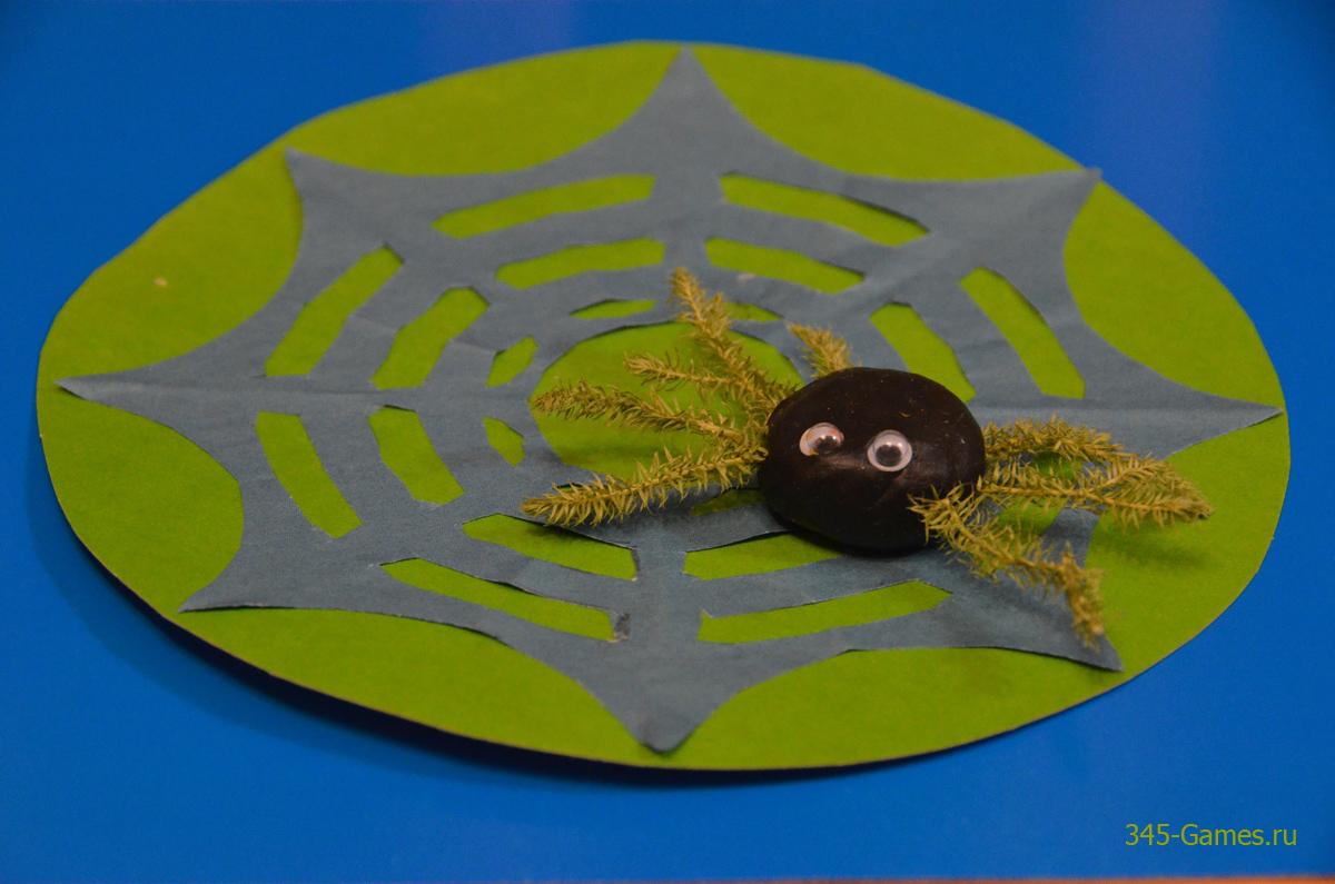 Паучок из пластилина на бумажной паутинке