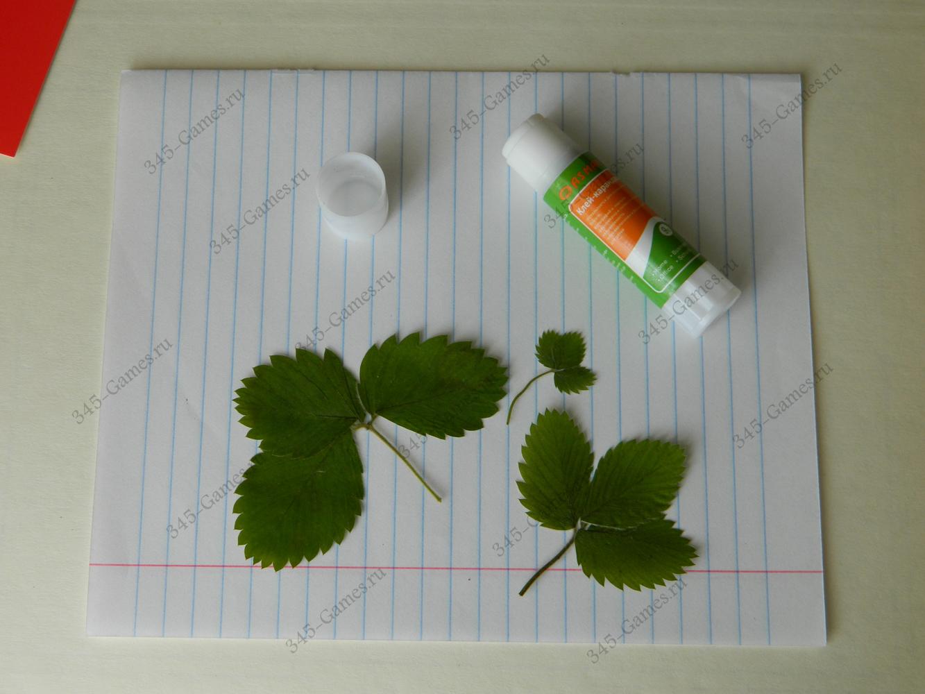 Приклеиваем листья клубники
