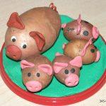 Свинья с поросятами из картошки и пластилина